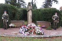 Pietní akt na čáslavském hřbitově u příležitosti Dne veteránů, čestná stráž.