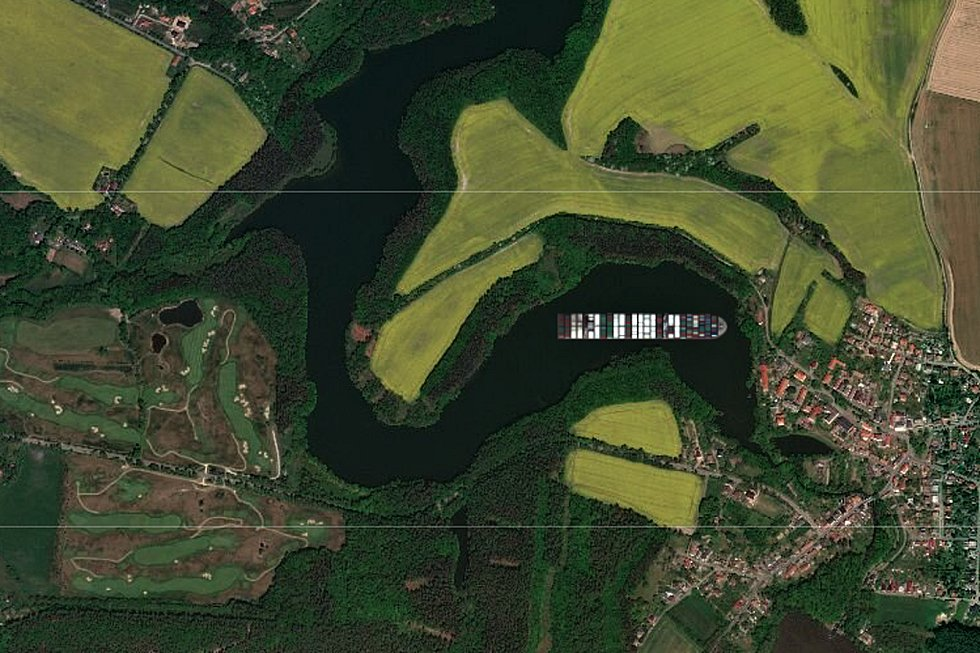 Kontejnerová loď Ever Given na přehradě Vrchlice u Malešova.