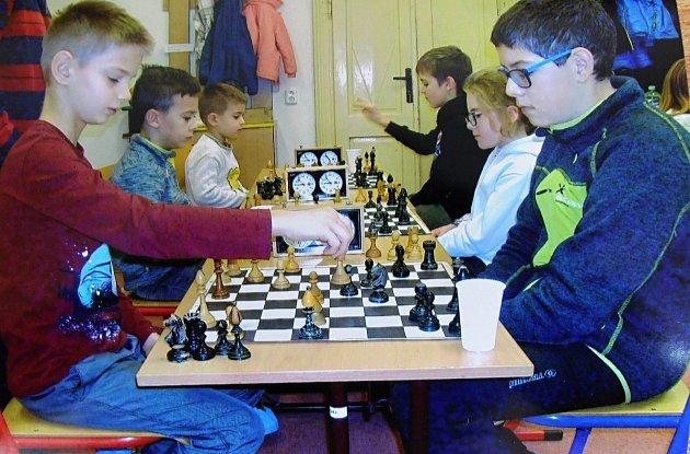 Šachisté během turnaje.