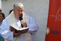 Pamětní desku sochařky Vlasty Samohrdové požehnal páter Pavel Tobek v Hlízově.