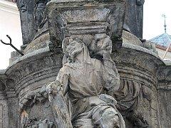 Jedna ze soch, která zdobí morový sloup v Kutné Hoře.