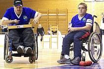 Radek Procházka (vpravo) a Leoš Lacina hrají za východočeskou TJ Léčebna Košumberk. Patří k české špičce v boccie v kategorii BC4. Ta je určena především pro osoby po těžkých úrazech páteře a další závodníky, kteří mají výrazným způsobem postižené ruce.