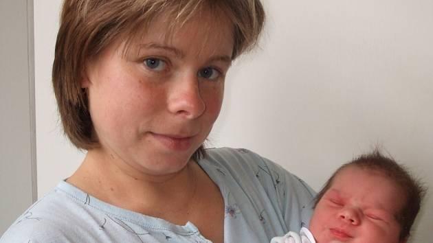 3)Karolína Piskačová se narodila 10. listopadu v Čáslavi. Vážila 3250 gramů a měřila 49 centimetrů. Doma v Potěhách ji přivítá maminka Lenka, tatínek Jan a bráška Dominik.