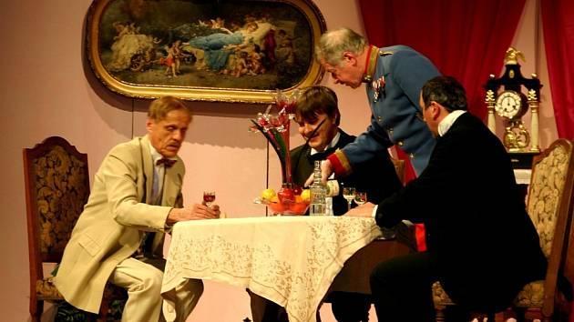 Premiéra veselohry Za vším hledej ženu, kterou na silvestrovský večer uvedli kutnohorští ochotníci.