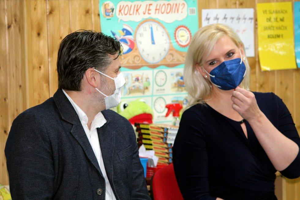 Křesetickou základní školu navštívila hejtmanka Středočeského kraje Petra Pecková.