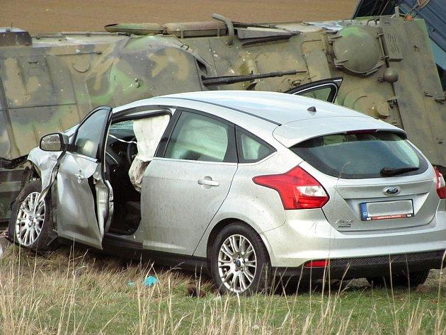 Dopravní nehoda na čáslavském obchvatu v lokalitě Kalabousek. Nákladní vozidlo převážející obrněný transportér se střetlo s osobním automobilem.