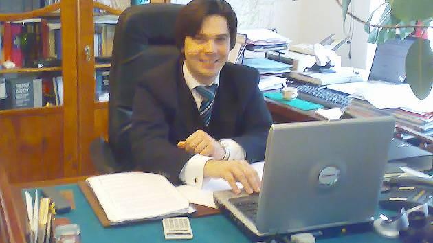 Advokát Jiří Schüller odpovídal na dotazy čtenářů ve své pracovně.