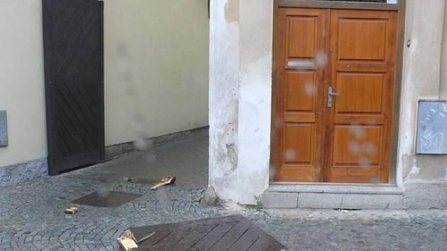Bouře vyvrátila vrata na Anenském náměstí