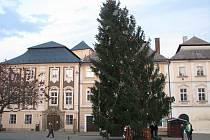 Ze záchrany vánočního stromu, který do nebezpečné polohy vychýlil silný vítr 6. prosince 2020 na Palackého náměstí v Kutné Hoře.