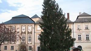 Záchrana vánočního stromu, který do nebezpečné polohy vychýlil silný vítr 6. prosince 2020
