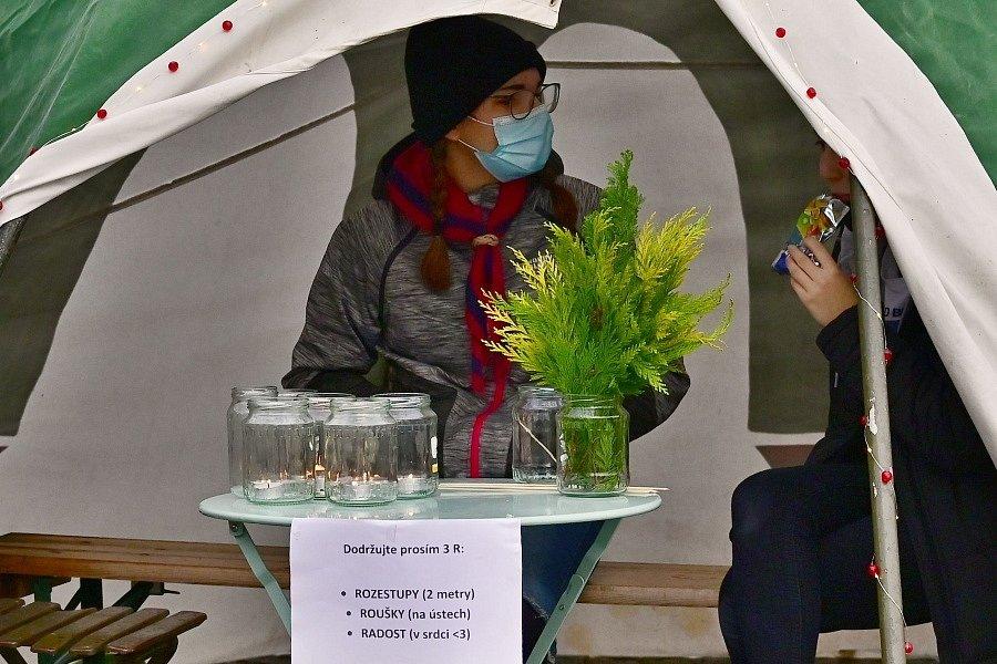 Ve středu 23. prosince předávali skauti z Kutné Hory na Palackého náměstí Betlémské světlo.