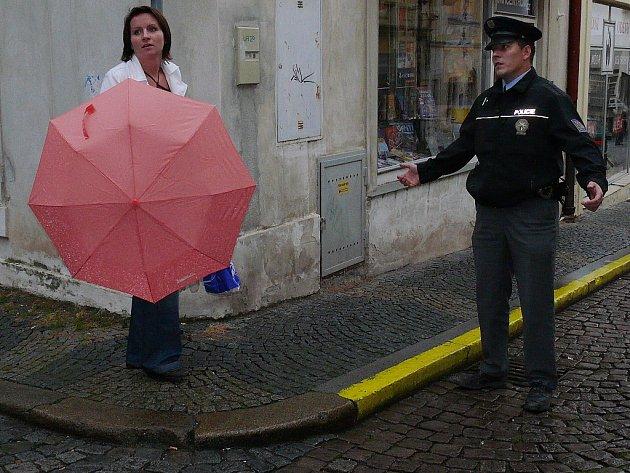 Bezpečnostní opatření v Tylově ulici v Kutné Hoře kvůli anonymnímu oznámení o odpálení bomby v Komerční bance.