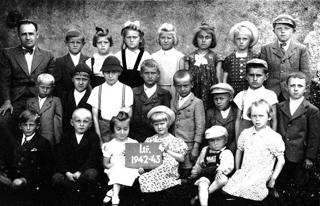 Žáci Obecné školy vPetrovicích II ve školním roce 1942/1943.