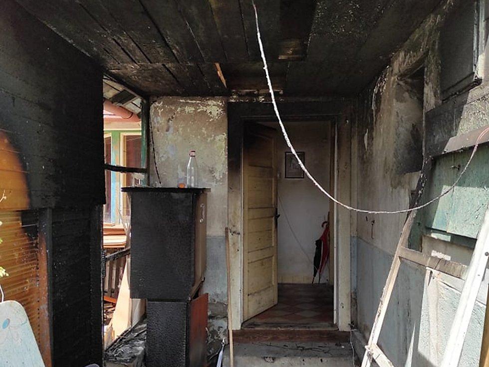 Rodinný dům ve Žlebech po uhašení požáru.