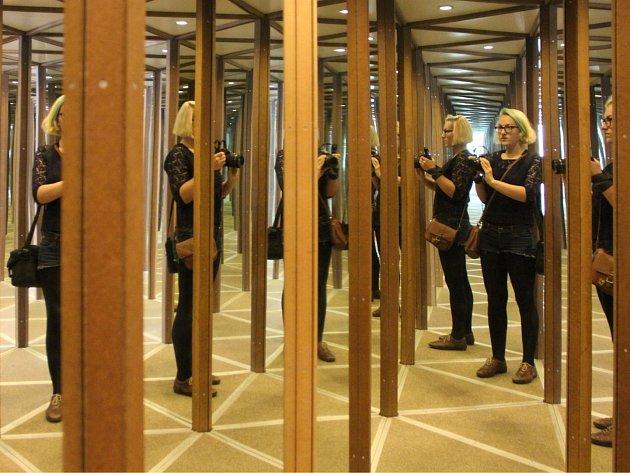 V Kutné Hoře již funguje zrcadlové bludiště.