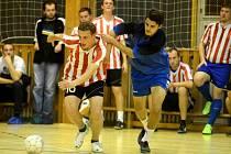 David Mukařovský z N.P.C. (vlevo) se snaží uniknout Milanovi Antošovi, který hraje za nový tým Fitness Centrum KH, 31. října 2013.