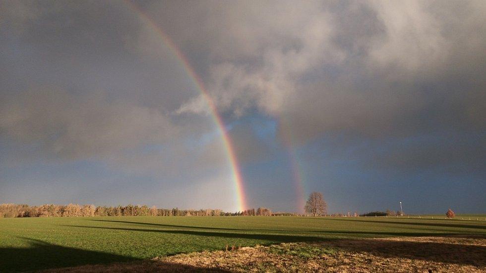Klid před bouří Sabine. Červené Janovice, pondělí 10. února 2020 v 7.45 hodin.