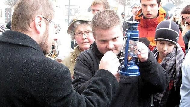 Předávání Betlémského světla na Palackého náměstí v Kutné Hoře.