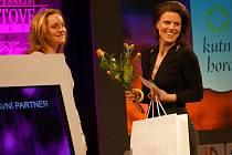 Veronika Muchová převzala ocenění pro nejlepšího kutnohorského trenéra roku 2015 z rukou Ludmily Formanové.