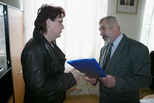 Ředitel Základní školy Žižkov Vladislav Tuček předal ministryni školství Daně Kuchtové žádost o podporu.
