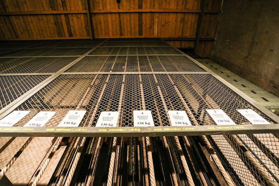 Tylovo divadlo v Kutné Hoře: první lávka nad velkou scénou (zde se připravují světla, lze zde natáčet šály).