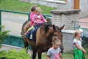 Na hornickém jarmarku se děti svezly na koních.