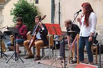 Před slavnostní popravou zahrála kapela Richenza.