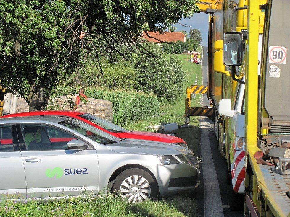 Dopravní nehoda na silnici I/2 u Suchdola: překládka z převráceného kamionu ve směru na Prahu.