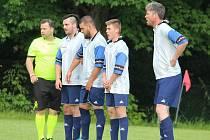 Sedlečtí fotbalisté ve zdi, jejíž vzdálenost od míče zkontroloval rozhodčí Michael Klobása.