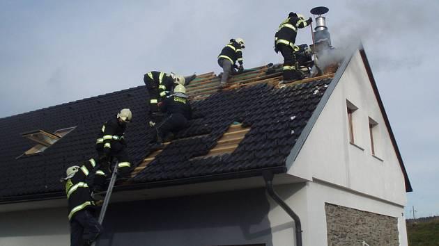 Hasiči uchránili při požáru v Čenovicích dům za 1,5 milionu korun.