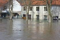 Povodně v Ratajích nad Sázavou v roce 2006.