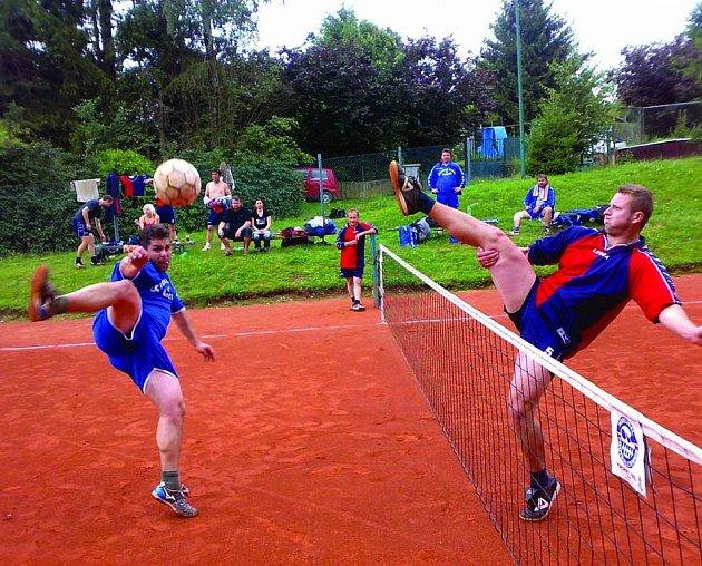 Momentka z utkání krajské soutěže Osnice - Vavřinec (3:6). Smeč v podání hráče Vavřince Konvalinky (vlevo), jehož blokuje domácí hráč Ondráček.  Stejně jako při této smeči, tak i z celkové vítězství se radoval vavřinecký Konvalinka