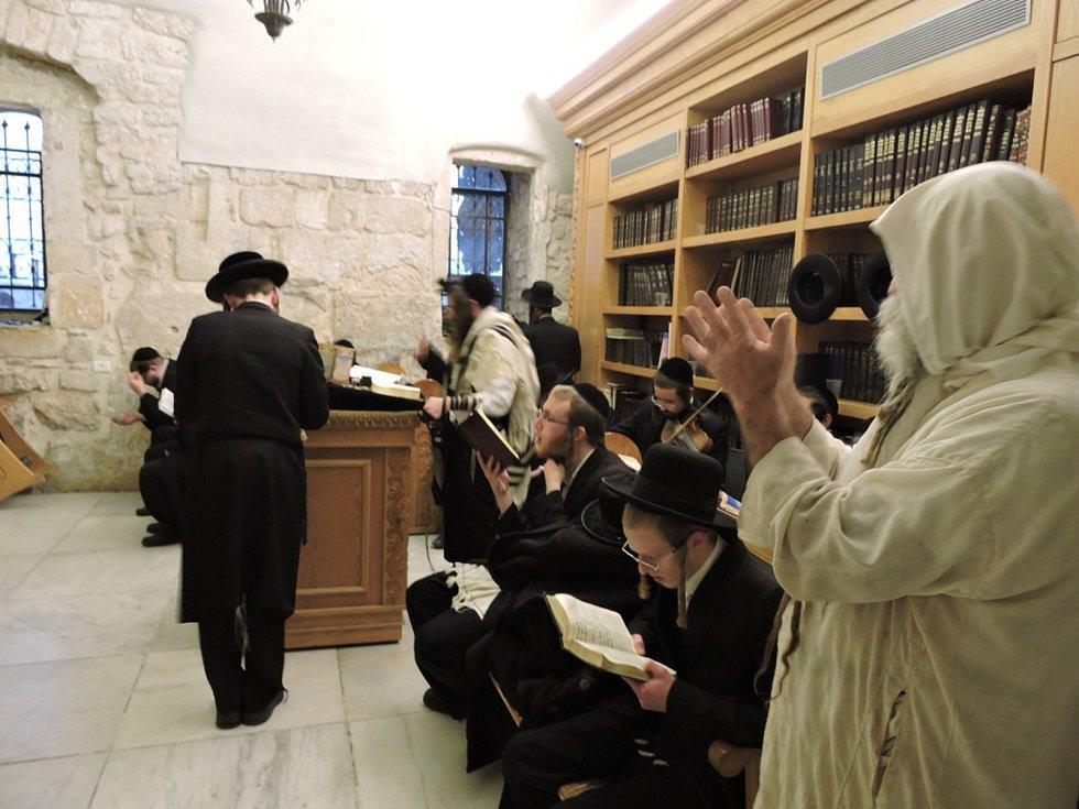 Hrob krále Davida na hoře Sion. Ženám je k hrobu vstup zakázán.