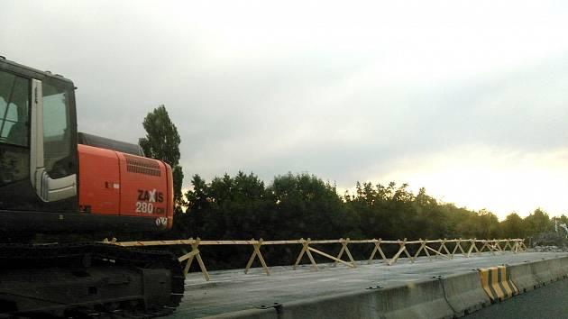 Stavební práce na částečně uzavřeném obchvatu Čáslavi.