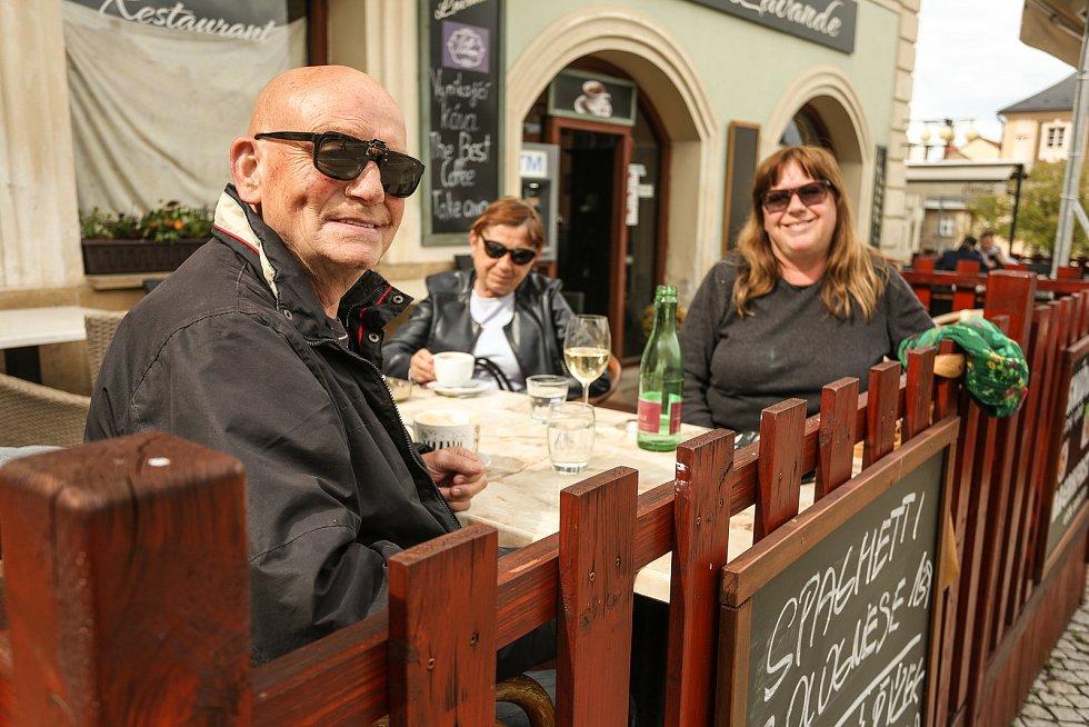 Zahrádka restaurace v centru Kutné Hory.