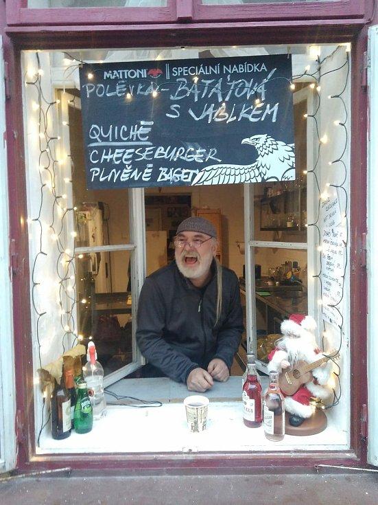 Roman Segiň, majitel kavárny Blues café v Kutné Hoře, u výdejového okénka.