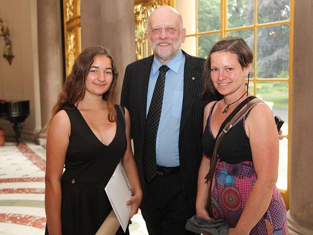 Kutnohorská studentka Eliška Ryklová (vlevo) na velvyslanectví USA vPraze.