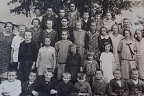 Takto vypadali žáci školy v Černínách na konci školního roku 1926. Na fotografii jsou se svou učitelkou Marií Doležalovou.