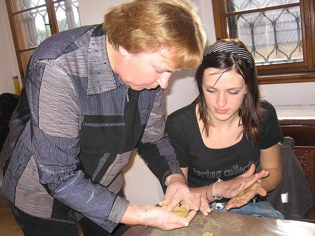 Metodické pokyny dávala žákům keramička Anna Kellerová.