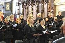V kostele zazpíval sbor Cantores cantant a čtyři sólisté.