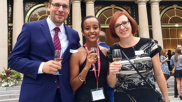Americká asistentka angličtiny Lakka Benti s ředitelem Gymnázia a Střední odborné školy pedagogické v Čáslavi Davidem Tichým a svojí mentorkou Janou Novákovou.