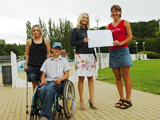 Symbolický šek předala Petře Hnátové ze sdružení Cesta životem bez bariér poslankyně Kateřina Klasnová z Věcí veřejných.