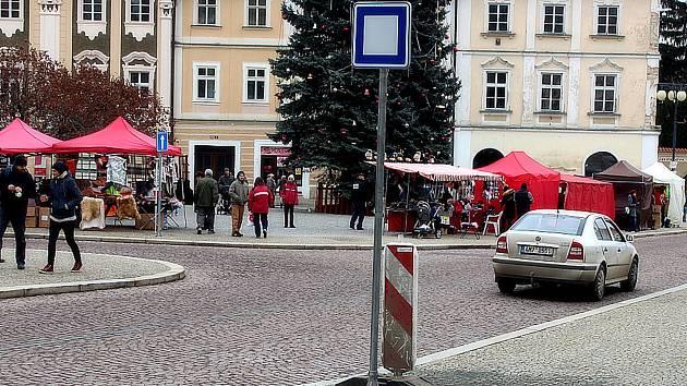 Autobusová zastávka na Palackého náměstí v Kutné Hoře.