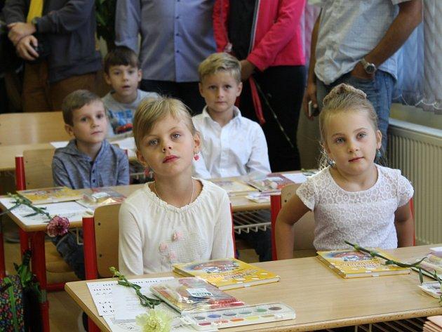 Prvňáčci zasedli dnes poprvé do školních lavic.
