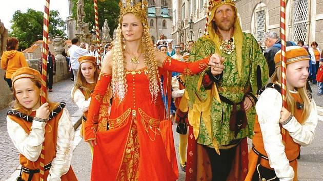 Na královský trůn letos opět usedne oblíbená dvojice Markéta Krůželová a Josef Kašpar.