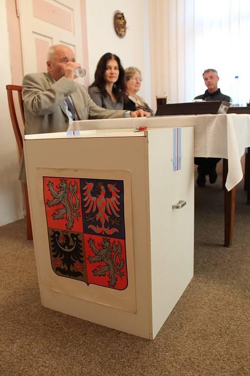 Volební místnost v Červených Janovicích na Kutnohorsku.