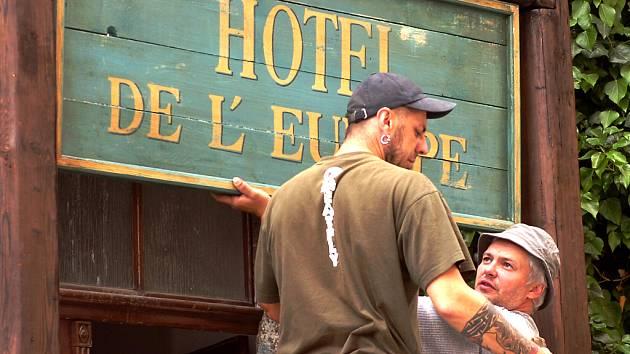 Kulisu francouzské uličky vytvářeli v Jakubské filmaři už v pondělí