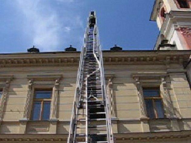 Hasičský záchranný sbor cvičně zasahoval v městské knihovně.