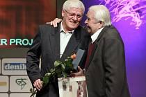 Karlovi Polívkovi (vlevo) předal cenu sportovní novinář a historik Jiří David.