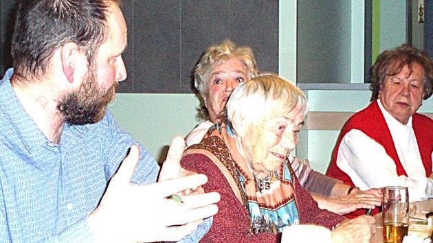 Lukáš Podolák diskutuje se Zdenkou Bohuňkovou a Marií Falgeovou ( vpravo ). Věra Miškovská vedle Lukáše naslouchá dizkuzi.